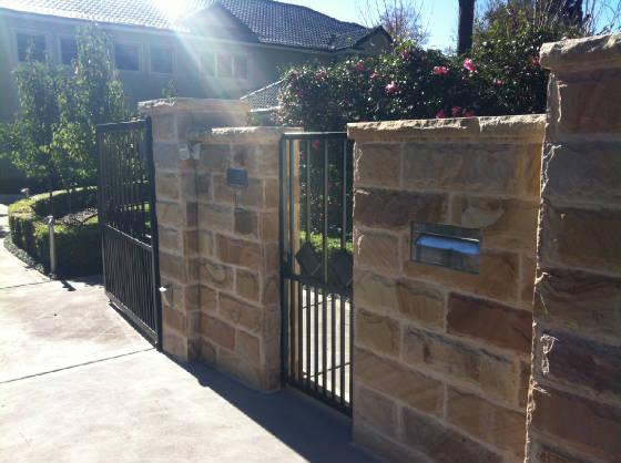 Sandstone Walling 50mm Cladding With Rock Edge Caps